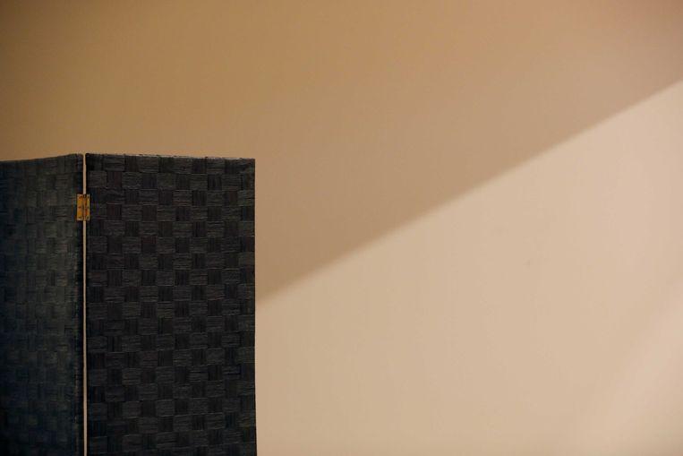 Een kamerscherm waarachter de verdachten zitten tijdens de regiezitting in de strafzaak tegen twee agenten die betrokken waren bij de aanhouding van Mitch Henriquez. De 42-jarige Arubaan werd op zaterdag 27 juni 2015 in het Haagse Zuiderpark door meerdere agenten gearresteerd en zou zijn overleden door een combinatie van een nekklem met ander geweld.  Beeld ANP