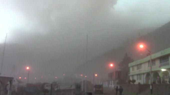 Vulkaan bedekt alles met dikke laag zwarte as in Peru: honderden mensen geëvacueerd