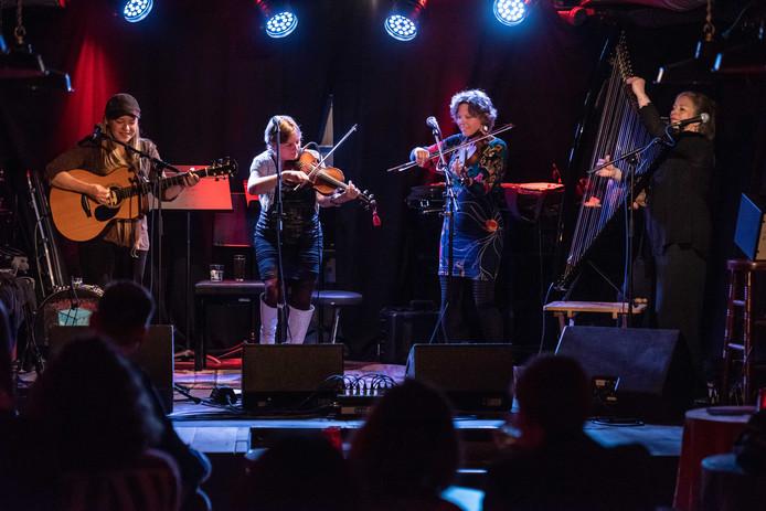 De Schotse vrouwenband The Poozies, met van links naar rechts Tia Files, Eilidh Shaw, Sarah McFayden en Mary MacMaster.