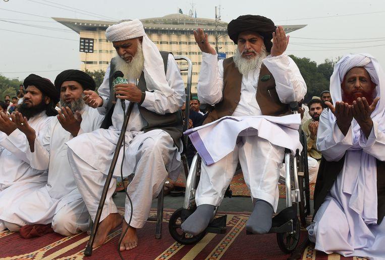 Rizvi (tweede van rechts) zit sinds 2006 in een rolstoel. Beeld AFP