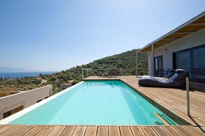 WOONVIDEO. Koppel dacht dat 2de verblijf niet aan hen besteed was, maar vandaag hebben ze een nieuwbouw op het Griekse vasteland (met een prachtig uitzicht)