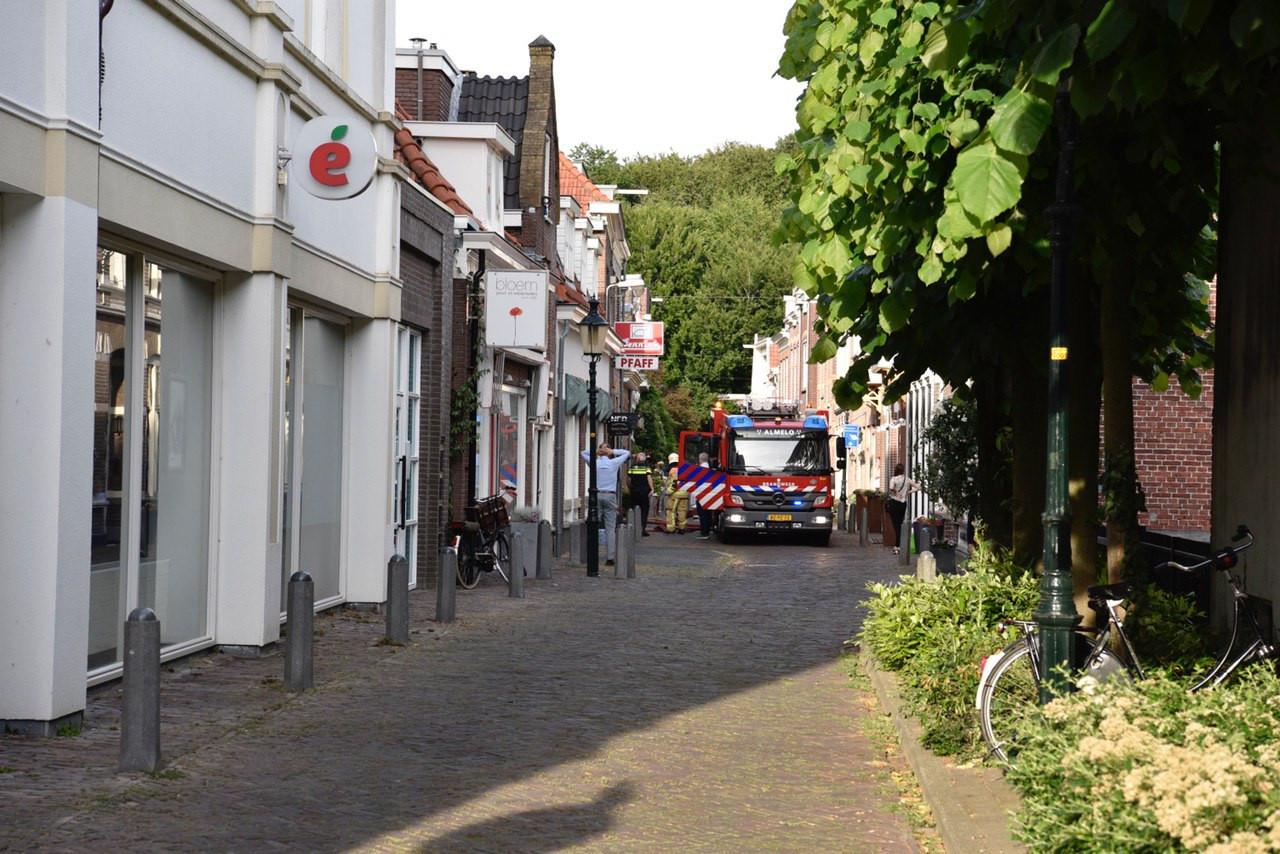 In de Doelenstraat in Almelo is dinsdagavond brand uitgebroken in een woning.
