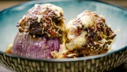Hmm: Loïc maakt gevulde uien met panzanella