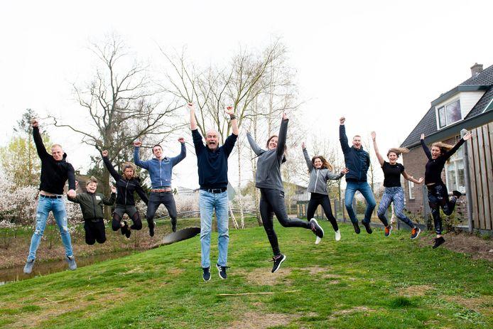 Feest in huize Van den Brink. Robèr en Linda van den Brink uit Apeldoorn vieren hun 25-jarige huwelijksjubileum met een trip bergop, voor het goede doel.