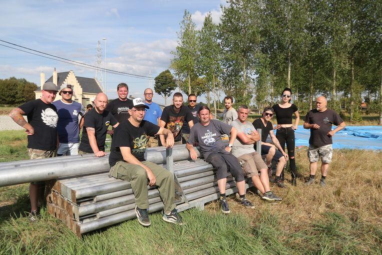 Tijdens de vorige editie van Ieperfest stond deze groep vrijwlligers in voor de opbouw van het festivalterrein.