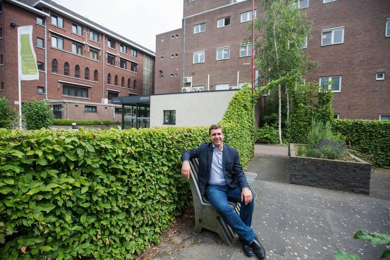 Bert Moyaers, Vlaams parlementslid voor sp.a, brengt het nieuws naar buiten.