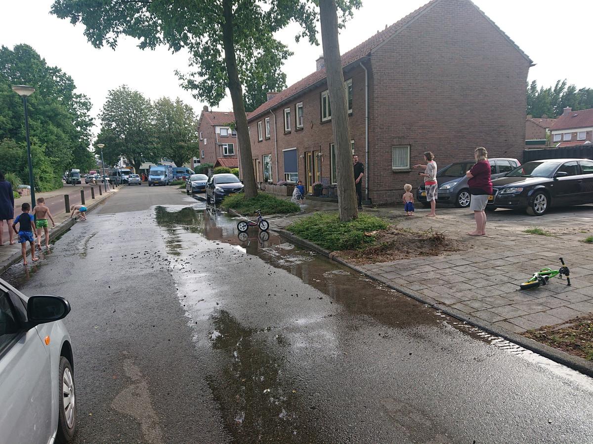 Water in de straten aan de Jan Steenlaan.