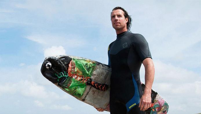 Merijn Tinga in 2014 met zijn uit plastic afval uit de Noordzee gemaakte kiteboard. Foto: Eelkje Colmjon.