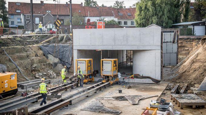 Tunnel langzaam maar zeker onder spoor geschoven