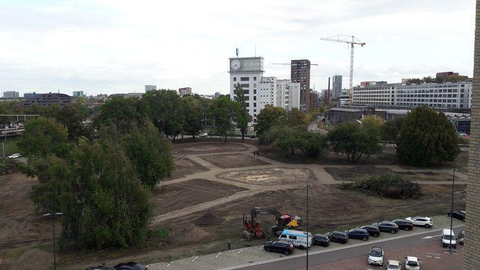 De nieuwe paden in de vorm van een gloeilamp (bolletje aan de bovenkant, onderkant een schroefdraad) die in het Gloeilampplantsoen in Eindhoven zijn aangelegd.