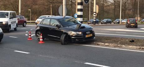 Auto's botsen op drukke kruising in Almelo