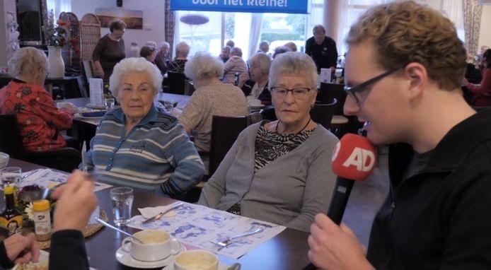 Tjerk lunchte gezellig mee met de ouderen in Soenda.