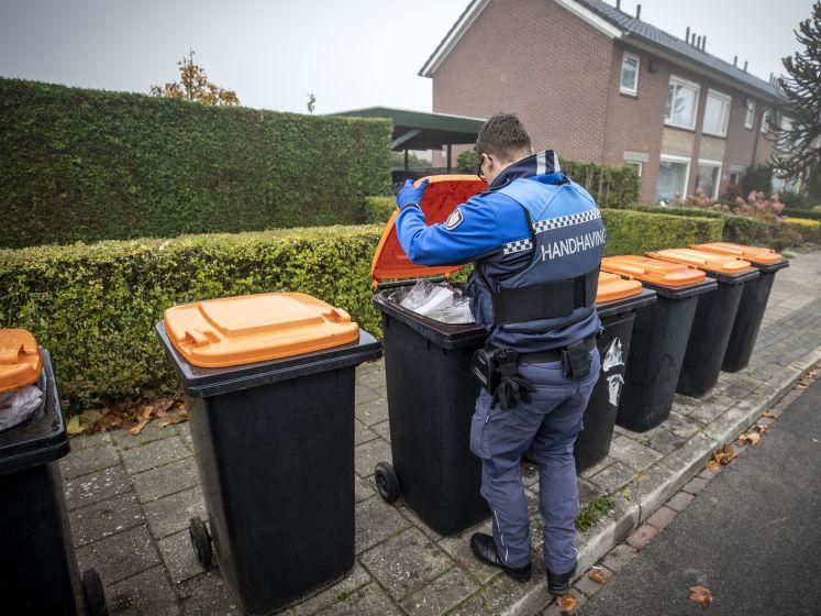 Handhavers controleren afvalcontainers in Oldenzaal: 'Zo hoort het niet'
