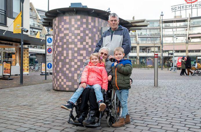 Het echtpaar van Dijk met kleinkinderen Fien en Joep.