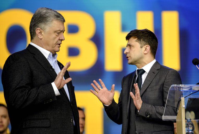 Zittend president Petro Porosjenko (links) en tv-komiek Volodymyr Zelenski tijdens het finale debat. Beeld AFP