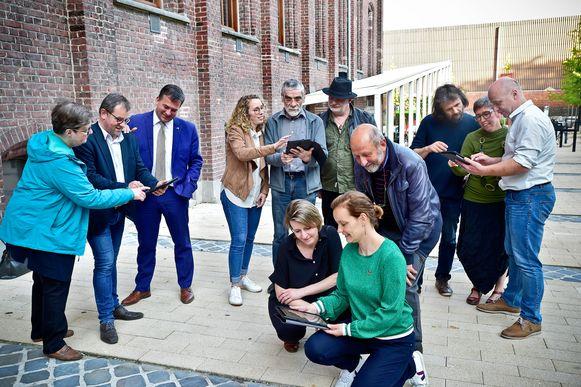 De initiatiefnemers en vrijwilligers van Missie 2030 testten als eersten het GPS-spel uit.