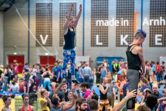 Meer dan achthonderd acrobaten uit binnen- en buitenland komen tot maandagmiddag in actie op het Nederlands Acrobatiekfestival in sportcentrum Valkenhuizen in Arnhem.