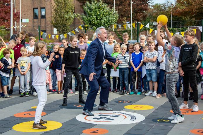 Wethouder Ben van der Stee opent een bewegingsvriendelijk schoolplein bij basisschool De Zeester in Monster.