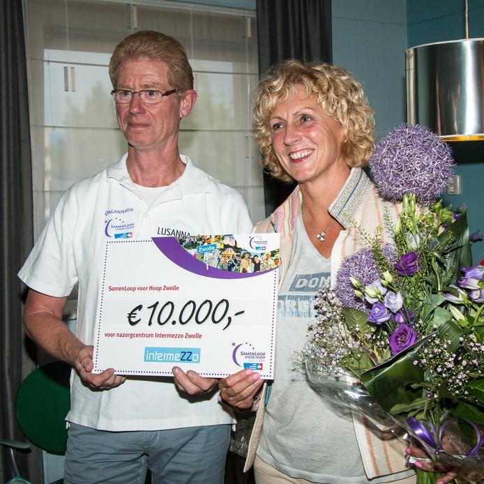 Corine den Hollander van IntermeZZo ontvangt de cheque uit handen van Robert Immink namens de organisatie van de SamenLoop voor Hoop.