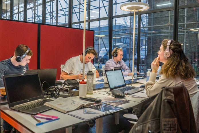 Drukte op de universiteit, nog voor de  coronatijd. De TU Delft is na de zomer weer open voor  colleges,  al is het mondjesmaat.