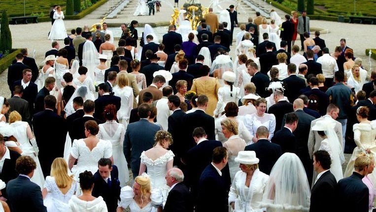 164 Bruidsparen gaan op 1 april 2002 op de foto bij Paleis het Loo. Ze zijn allen getrouwd op 2-2-2002. © ANP Beeld