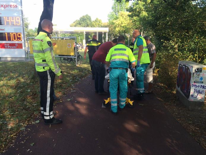 Een vrouw raakt gewond na een val met haar fiets.