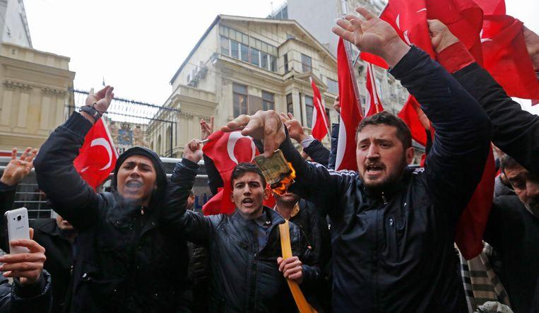 Turken protesteren in Istanbul voor de poorten van het Nederlandse consulaat. Beeld epa