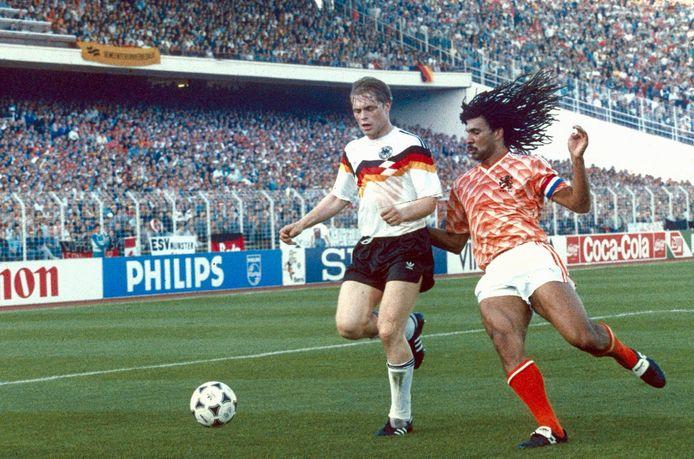 Ruud Gullit in duel met de Duitser Uli Borowka in de halve finale van het EK van 1988.