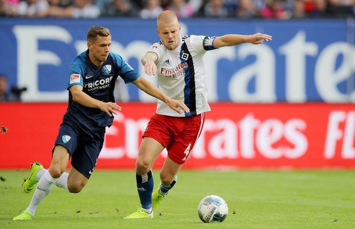 Rick van Drongelen (rechts), hier eerder dit seizoen in actie tegen VfL Bochum, moest met HSV tegen Arminia Bielefeld genoegen nemen met een punt.