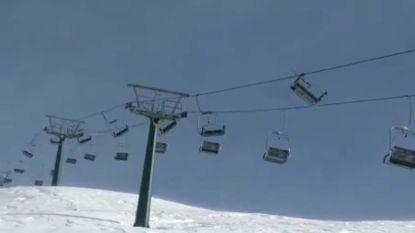 VIDEO. Hevige wind maakt van skilift attractie waar je niet in wil zitten