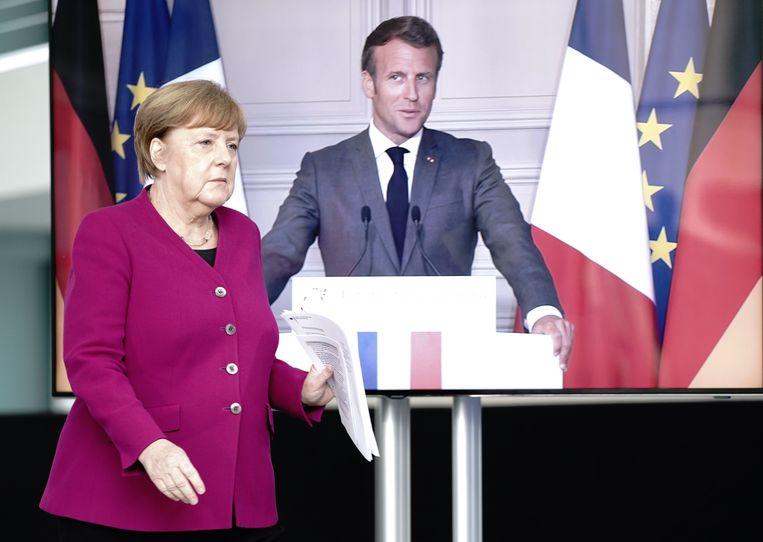 Bondskanselier Angela Merkel arriveert op een persconferentie waarbij de Franse president Emmanuel Macron via videoverbinding aanwezig is.