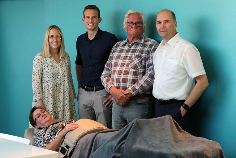 Marianne samen met enkele medewerkers van Home Health Products.