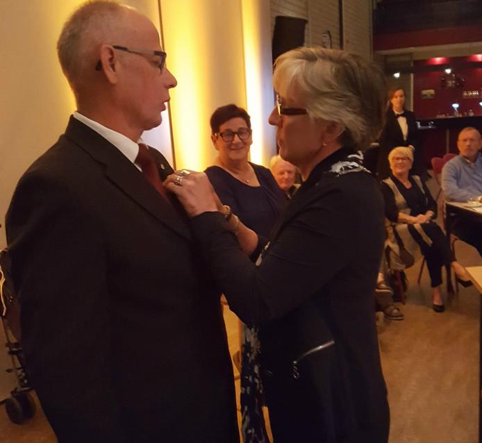 Onder toeziend oog van zijn vrouw Maria ontving Christ van Bree de Penning van Verdienste van de gemeente Veghel uit handen van de locoburgemeester.