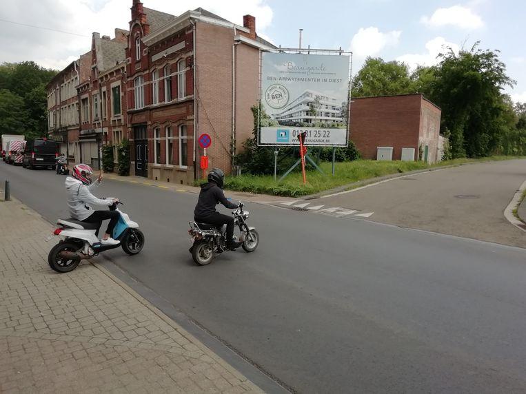 Fietsers en ook scooters steken hier over, maar eigenlijk horen ze om de Ezeldijksite heen te rijden, volgens burgemeester De Graef.