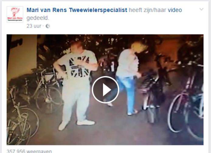 De fietsendieven zijn op camera vastgelegd. De rijwielhandel heeft de beelden op Facebook geplaatst.