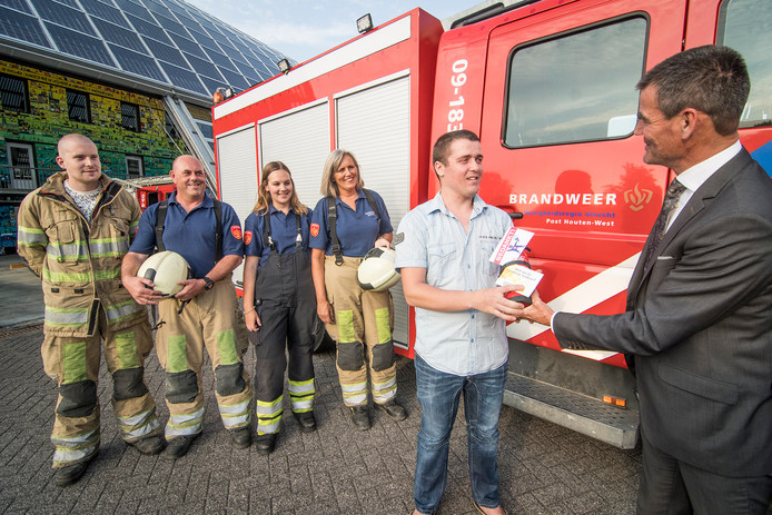 Burgemeester Wouter de Jong bedankt blusheld Sander.