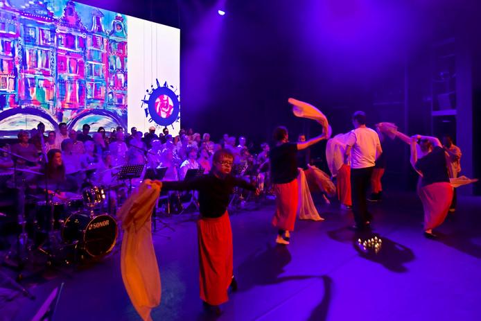 Repetitie in De Bussel voor het jubileum van H19 in Oosterhout. De muzikanten (Groot Onbeperkt Feest Orkest & koor) hebben er een optreden en ook de dansers geven een voorstelling.