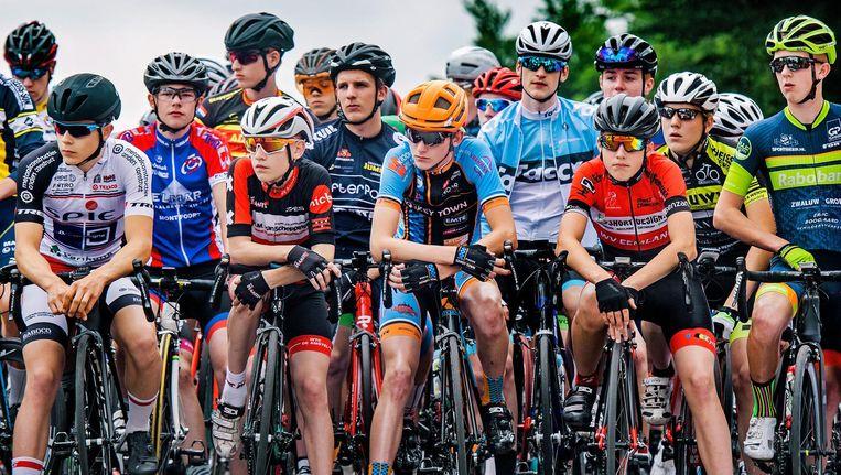 30 jonge renners staan geconcentreerd aan de start van het NK Nieuwelingen. Beeld null