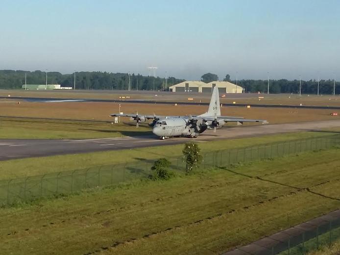 De Hercules C-130 landde als eerste op het nieuwe asfalt