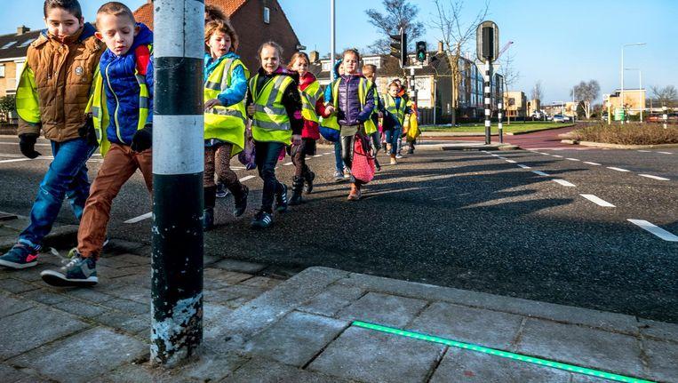 De lichtlijn kleurt rood of groen, om smartphonestaarders een extra waarschuwing te geven voor ze oversteken. Beeld null