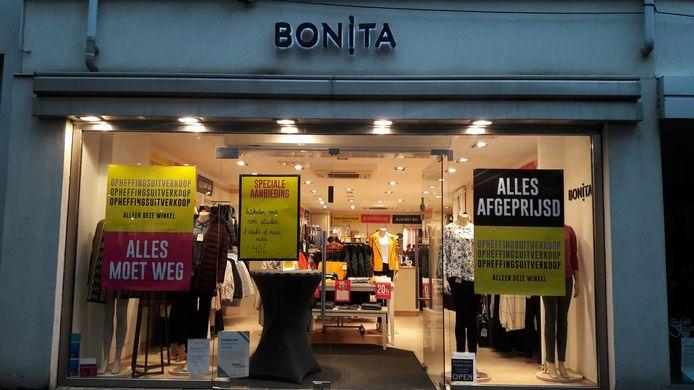Uitverkoop bij damesmodewinkel Bonita aan de Noordstraat in Terneuzen.