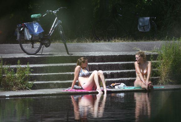 Vrouwen gaan pootjebaden aan de Vaart in Wilsele.