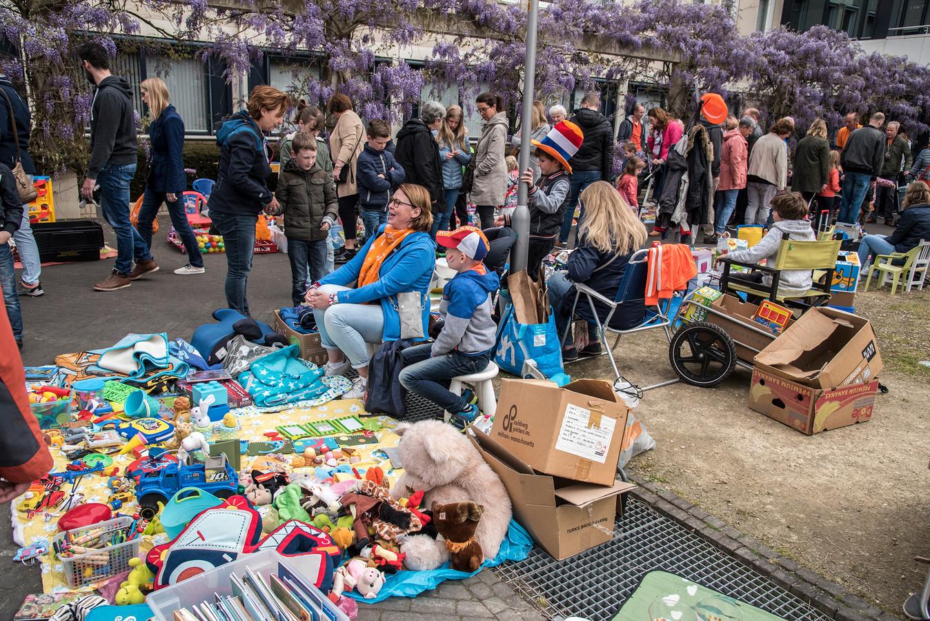 De vrijmarkt tijdens Koningsdag in Groesbeek. Archieffoto