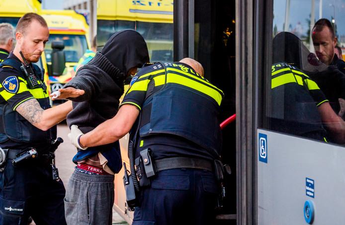 De politie heeft in een container in de Rotterdamse Waalhaven vreemdelingen aangetroffen nadat er vanuit die container een noodoproep naar 112 was gedaan.
