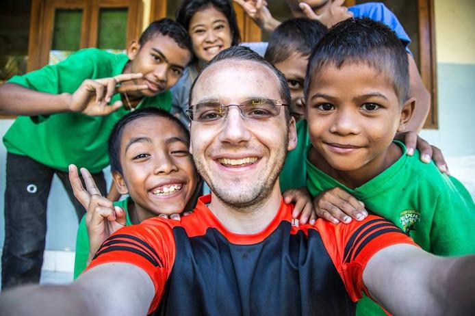 Chaïm en de kinderen die hij helpt, in betere tijden.
