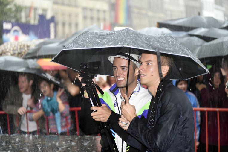 Het mag dan heel hard regenen, de echte fans blijven op post voor Conchita Wurst.