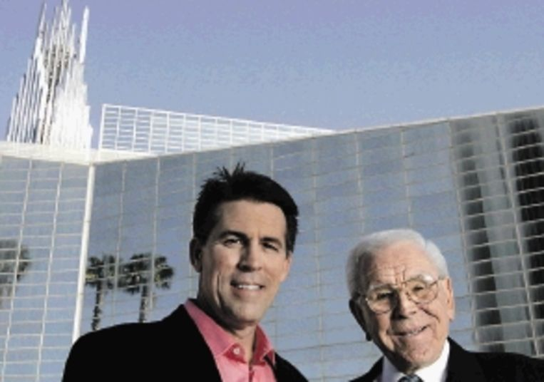 Robert Schuller jr en sr in betere tijden, samen voor de Crystal Cathedral. (Trouw) Beeld ASSOCIATED PRESS