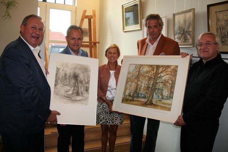 Joris Claeys (r.), zoon van kunstenares Lidwina Smeets overhandigt de kunstwerken aan burgemeester Dirk Van Mechelen (l.).
