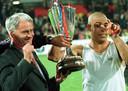 Bobby Robson (links) en Ronaldo van Barcelona na de gewonnen Europa Cup II finale in 1997.