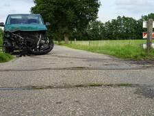 Personenbusje botst tegen stoomtrein  in Beekbergen